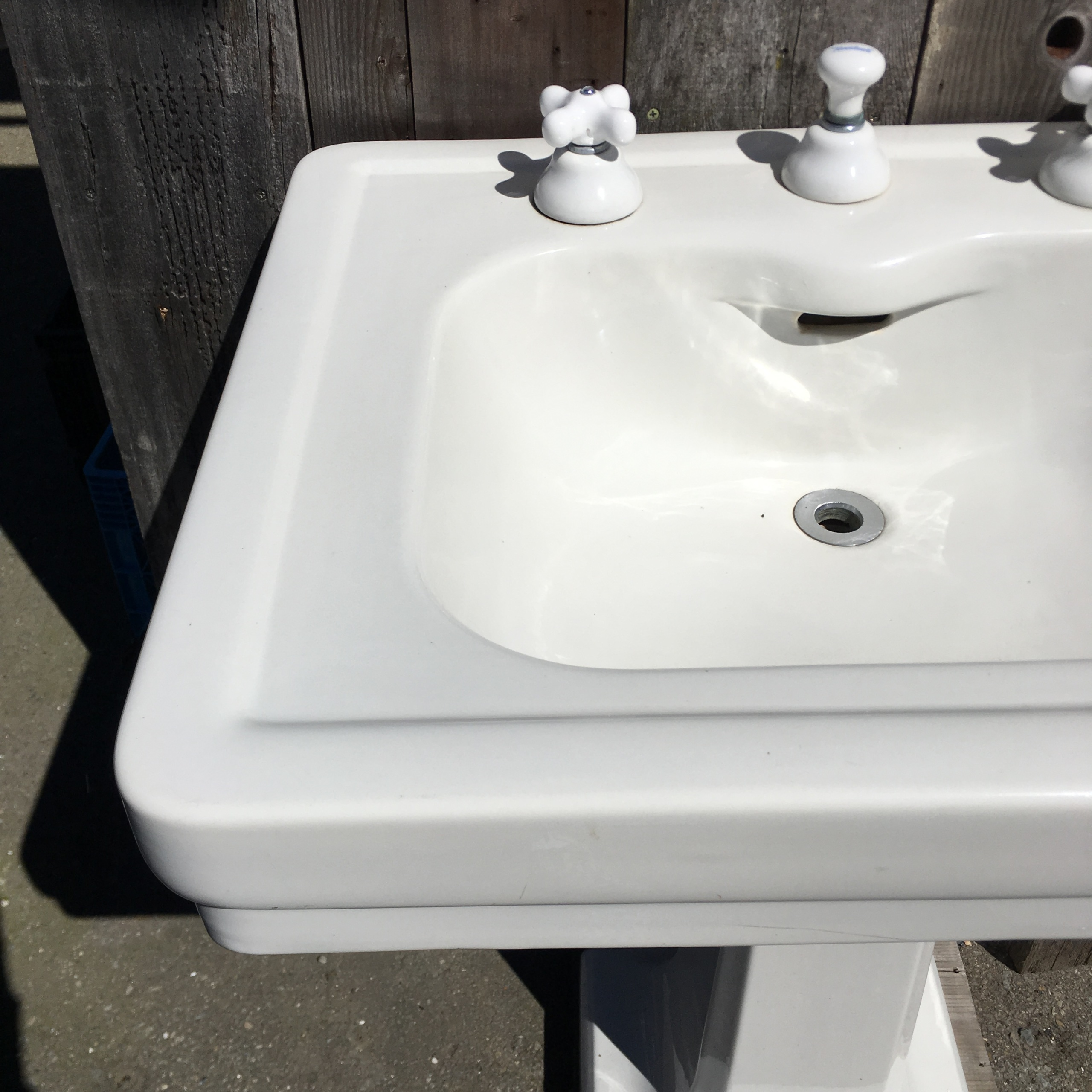 Standard Pedestal Sink With Integral Porcelain Spout